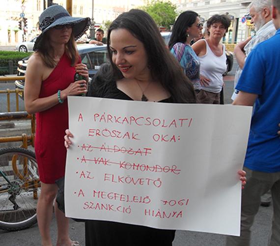 Demonstráció Budapesten a családon belüli erőszak ellen.