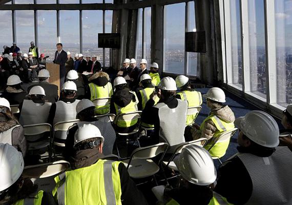 A 2001. szeptember 11-i terrortámadás után felhúzott Freedom Tower utolsó elemei felkerültek az épület csúcsára.