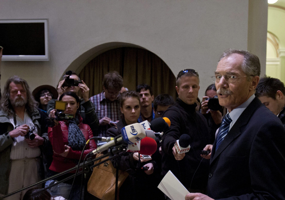 Tulassay Tivadar, a Semmelweis Orvostudományi Egyetem rektora az egyetem szenátusának ülése után bejelenti a sajtótájékoztatón, hogy a szenátus visszavonja Schmitt Pál államfő 1992-ben megszerzett kisdoktori címét.