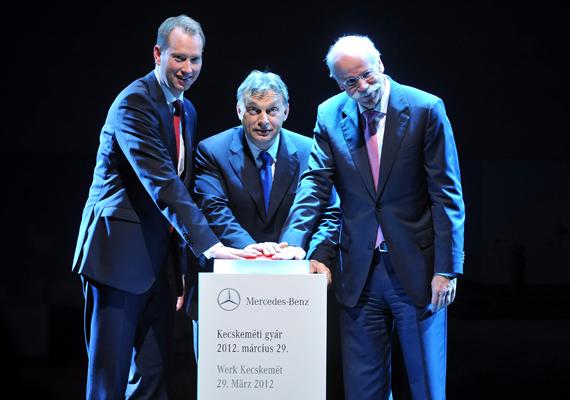 Frank Klein, a Mercedes-Benz Manufacturing Hungary ügyvezető igazgatója, Orbán Viktor miniszterelnök és Dieter Zetsche, a Daimler AG igazgatóságának elnöke, a Mercedes-Benz Cars vezetője megnyomja kecskeméti Mercedes-gyár átadását jelképező gombot a gyár ünnepélyes megnyitóján.