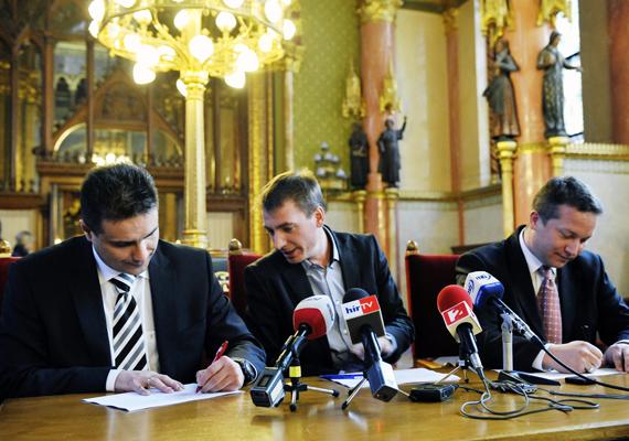 Mesterházy Attila, az MSZP elnök-frakcióvezetője és Ujhelyi István, a szocialisták parlamenti alelnöke aláírja az LMP népszavazási kezdeményezésének aláírásgyűjtő ívét a Parlamentben, Jávor Benedek LMP-s frakcióvezető jelenlétében.