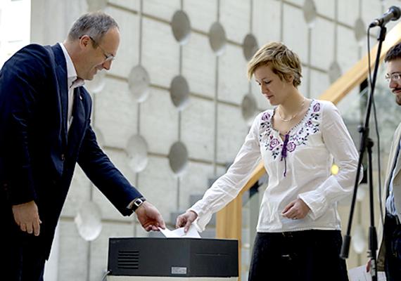 Szócska Miklós egészségügyért felelős államtitkár a rezidensek korábban letétbe helyezett felmondó nyilatkozatainak megsemmisítésében segédkezik a Semmelweis Egyetemen.