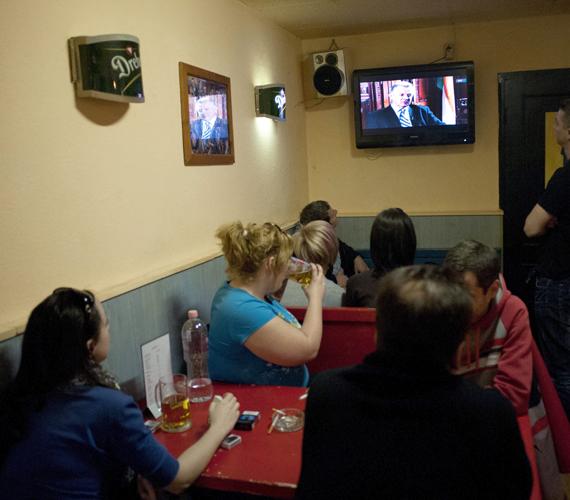 Fiatalok egy XIII. kerületi vendéglátóhelyen Schmitt Pál köztársasági elnök interjúját nézik, amelyet a közmédiának adott. Schmitt nem mondott le.
