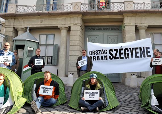 Dorosz Dávid LMP-s országgyűlési képviselő párttársaival és szimpatizánsokkal ülősztrájkba kezdtek a Sándor-palota előtt, Schmitt Pál köztársasági elnök lemondását követelve.