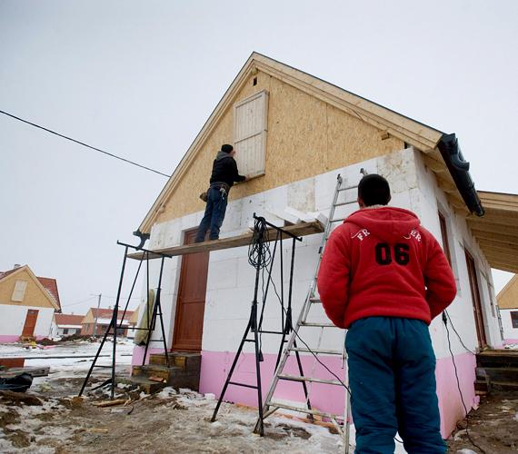 Kedd éjféltől lehetett pályázni a bajba jutott devizahiteles családok számára épülő lakópark házainak bérleti jogára.