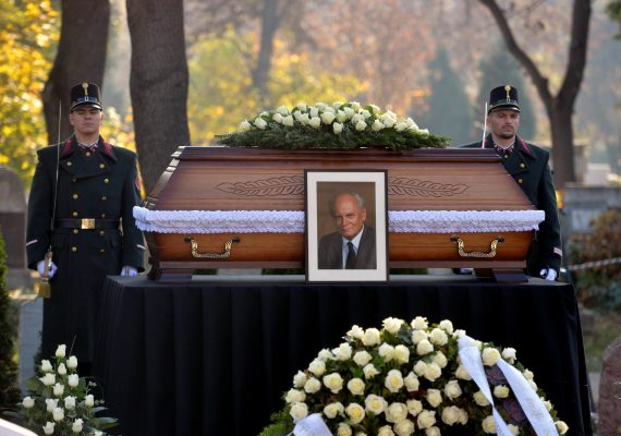 Pénteken eltemették Göncz Árpád volt köztársasági elnököt az Óbudai temetőben. A volt államfőt, írót, műfordítót, politikust tízezres tömeg kísérte utolsó útjára.