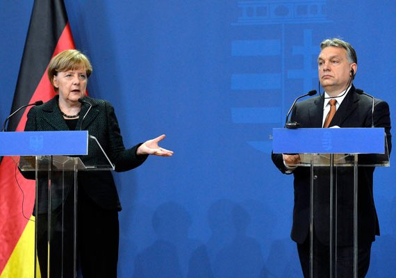 """Kedden Angela Merkel német kancellár arról beszélt, hogy Törökországgal együttműködve kell véget vetni a menekültkrízisnek a görög-török európai uniós külső határon. A kancellár szerint """"ragaszkodni kell a terheknek a tagállamok közötti méltányos megosztásához, különben nem fog működni a rendszer"""". Az EU keleti tagállamai - köztük Magyarország is - elutasítják a menekültkvóták ötletét."""
