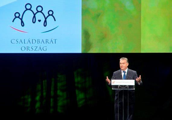 Európa nem építheti jövőjét a családok helyett a bevándorlásra - mondta Orbán Viktor csütörtökön a Budapesti Demográfiai Fórumon tartott beszédében. A miniszterelnök továbbra is hiányolta a születendő kisbabákat, és azt mondta, reméli, hogy minél több európai vezető fel meri majd vállalni a családbarát európai politika szükségességét.