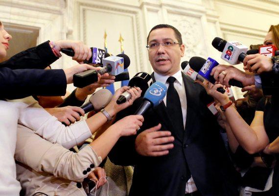 Szerdán lemondott Victor Ponta, Románia miniszterelnöke. Múlt pénteken tűz ütött ki egy bukaresti belvárosi klubban, az ott szórakozó több száz ember azonban nem tudott idejében kimenekülni az egyetlen használható kijáraton: 26-an a helyszínen, hatan pedig a kórházba szállításuk után meghaltak, 130 embert továbbra is égési sérülésekkel és füstmérgezéssel ápolnak a bukaresti kórházakban, közülük 83 állapota súlyos. A tragédia után a felelősöket követelő tüntetők lemondásra szólították fel a kormányt, a belügyminisztert és a kerületi polgármestert.