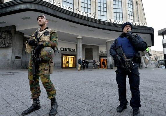 A párizsi merényletek után múlt hétvégén a legmagasabb fokozatú terrorkészültséget vezették be Brüsszelben. A hatóságok több helyszínen találtak merényletek elkövetésére alkalmas fegyvereket és bombákat, több terroristagyanús embert pedig őrizetbe vettek. Hétfőn még gyakorlatilag zárva tartott a belga főváros, az emberek nem mozdultak ki a lakásaikból, nem járt a metró, az utcákat pedig fegyveresek járták.