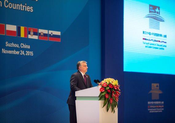 A magyar miniszterelnök eközben Kínában tartózkodott, ahol részt vett Kína és a közép- és kelet-európai államok vezetőinek csúcstalálkozóján. Beszédében leginkább az Európai Uniót ekézte, bár a megszokottnál némileg visszafogottabban mondta el, hogy errefelé sincs kolbászból a kerítés.
