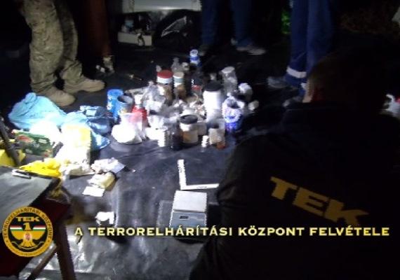 """Óriási fogásról számolt be szerdán a Terrorelhárítási Központ:elfogtak két külföldi és két magyar állampolgárt, valamint rátaláltak egy hozzájuk köthető bombalaboratóriumra is. Hajdu János, a TEK főparancsnoka arról beszélt, hogy nemzetközi beágyazottsága lehet a bűncselekménynek, a csoport tagjai szélsőséges nézeteket vallanak, és az elkövetők """"olyan körökbe tartoznak, hogy nagy volt a valószínűsége egy lőfegyverrel való visszaélésnek""""."""