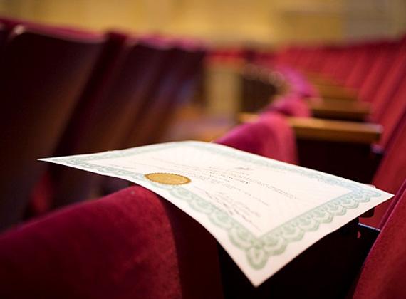 Az alaptörvény negyedik módosítását Áder János még áprilisban aláírta. A hallgatói szerződés a héten annyiban módosult, hogy az államilag finanszírozott hallgatóknak a korábbi tanulmányaik duplájának megfelelő idő helyett a tanulmányaikkal egyenlő időtartamot kell Magyarországon dolgozniuk.