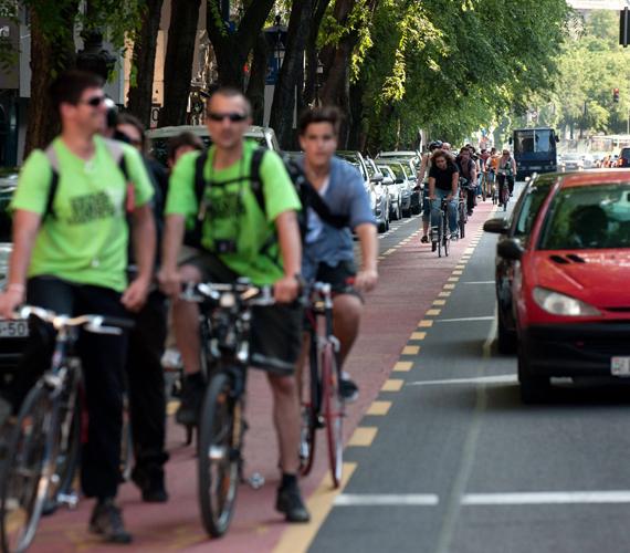 Elkészült az Andrássy úti új kerékpársáv.