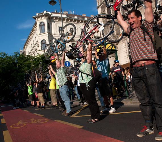 A BKK a projekt keretében megcserélte a parkolóhelyeket és a kerékpársávot, előbbi a macskakő helyett új burkolatot kapott, a kerékpársáv pedig piros felfestésű lett. A képen a Happy Mass kerékpáros felvonulás, amelyet a kerékpársáv átadása alkalmából tartottak.