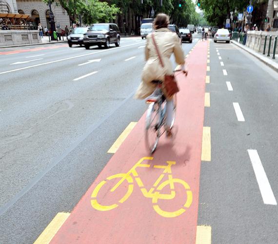 A VI. kerület és Budapest egyik fő közlekedési útján, az Oktogon és a Bajcsy-Zsilinszky út között eddig is volt kerékpársáv, de az a parkoló autók és a járda között volt.