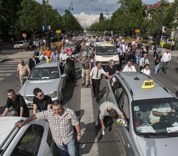 Elegük lett a taxisoknak, mert egy rendelettervezet szerint csak tíz évnél fiatalabb autókkal taxizhatnának. Hétfőn utcára vonultak.