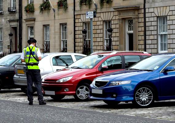 Miután tavasszal a fővárostól visszakerültek a bírságolási ügyek az önkormányzatokhoz, rengeteg parkoló autót megbüntetnek a KRESZ 40. paragrafusára hivatkozva.