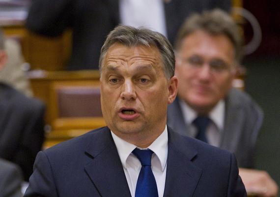 Orbán Viktort az oligarchákról kérdezték, mire ő romkocsmák félhomályában merengő diplomásokat vizionált. Ezzel arra utalt, hogy nem oligarcha -, hanem tudásalapú társadalomban élünk, csak a diplomások lusták.
