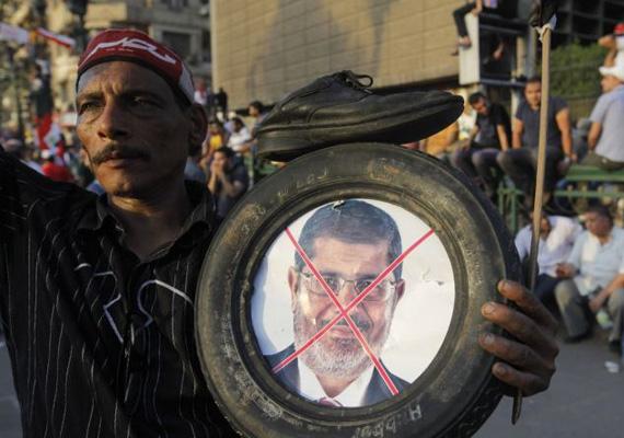 Az egyiptomi tüntetések következtében a hadsereg megbuktatta az egy éve beiktatott Mohamed Murszi államfőt. A 17 milliós tüntetéseknek halálos áldozatai és rengeteg sebesültje van.