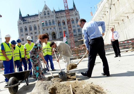 Helyére került a Kossuth téri rekonstrukció első alapköve. A Steindl Imre-program keretében új mélygarázs, térszint alatti látogatóközpont és parlamenti múzeum is épül 2014-re.