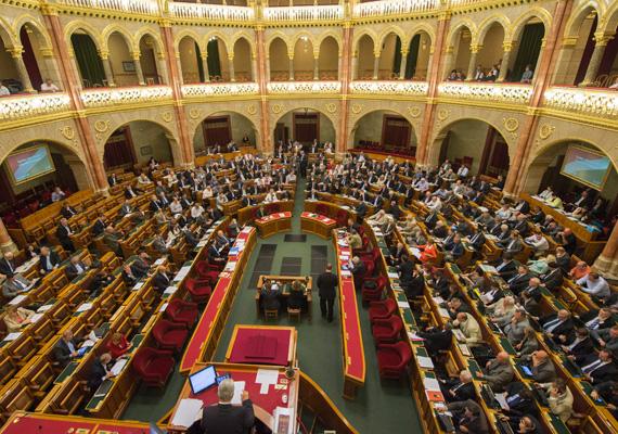 Az Európai Unió a hét elején újabb kötelezettségszegési eljárást indított Magyarország ellen. Eszerint egy 2011-ben hozott kormányrendelet sérti a tőke szabad áramlásának uniós elvét. A rendelet előírja, hogy csak az kaphat devizahitelt, akinek akkora a bruttó jövedelme a kérdéses devizában, hogy forintra átszámítva meghaladja a minimálbér 15-szörösét.