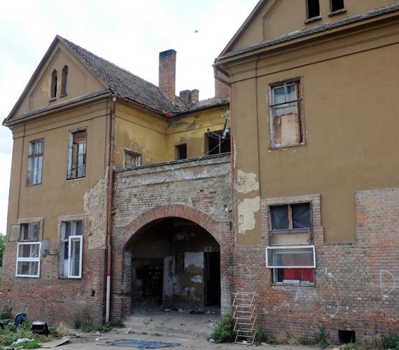 Itt, ebben a romos házban élt a férfi többedmagával. A Pécsi Városi Bíróság 30 napra előzetes letartóztatásba helyezte.