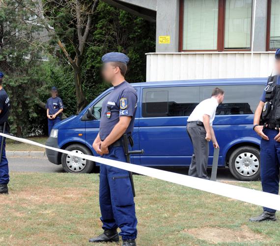 Elfogták Bándy Kata gyilkosát. A gyanúsítottat szállító autó kihajt a Pécsi Törvényszék épületének garázsából.