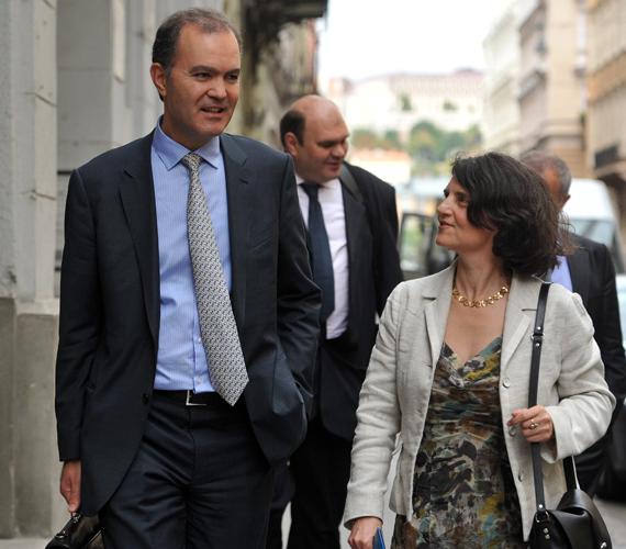 2012. július 17-én megkezdődtek a tárgyalások az IMF-fel. Thanos Arvanitis, az IMF delegációjának vezetője és Barbara Kauffmann, az Európai Bizottság delegációjának vezetője távozik a Közigazgatási és Igazságügyi Minisztérium épületéből.