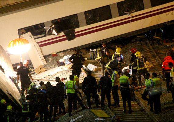 A héten Santiago de Compostelában bekövetkezett súlyos vonatbalesetnek eddig 78 áldozata és 140 sérültje van. A vonat a megengedett 80 kilométer/órás sebesség helyett 190-nel hajtott, amikor egy éles kanyarban kisiklott. Még vizsgálják, hogy a vonat vezetője volt-e a felelős a tragédiáért.