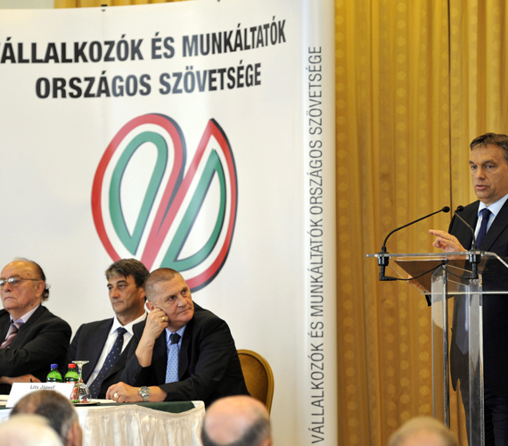 A Vállalkozók Országos Szövetségénél a magyart félázsiai népségnek nevezte. Itt már azt mondta, béremelésről nincs szó.