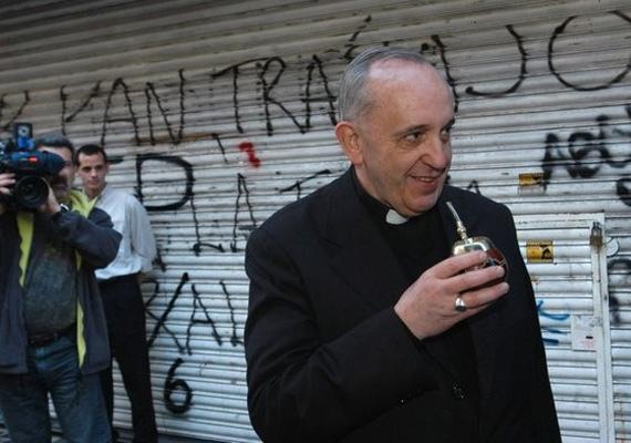 A hét elején Ferenc pápa miatt volt hangos a sajtó, aki brazíliai útjáról hazatérve egy melegekkel kapcsolatos újságírói kérdésre így válaszolt:- Ha egy meleg Istent keresi, ki vagyok én, hogy megítéljem őt? Habár az evangéliumban bűnnek számít, a társadalomnak el kell őket fogadnia.