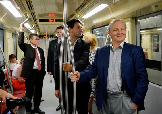 Ezen a héten hétfőn tartották meg az első sajtónyilvános utazást a négyes metrón. Az eseményen a főpolgármester, Tarlós István bejelentette, hogy 2014. március 31-től a metró utasokat szállít Budapesten.