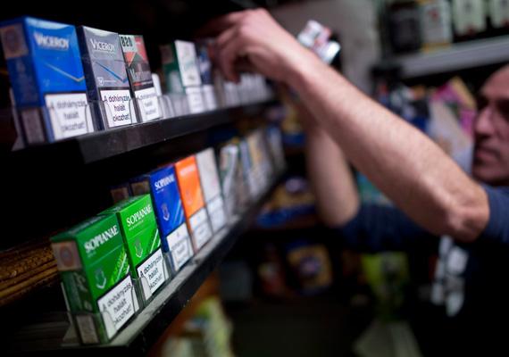 Még csak egy hónapja nyíltak meg a nemzeti dohányboltok, de kettőt már be is zártak. Jelenleg összesen 40 olyan eljárás van folyamatban, amit kiskorúak kiszolgálása miatt indítottak, és a bírság befizetése mellett valószínűleg a forgalmazást is leállítják.