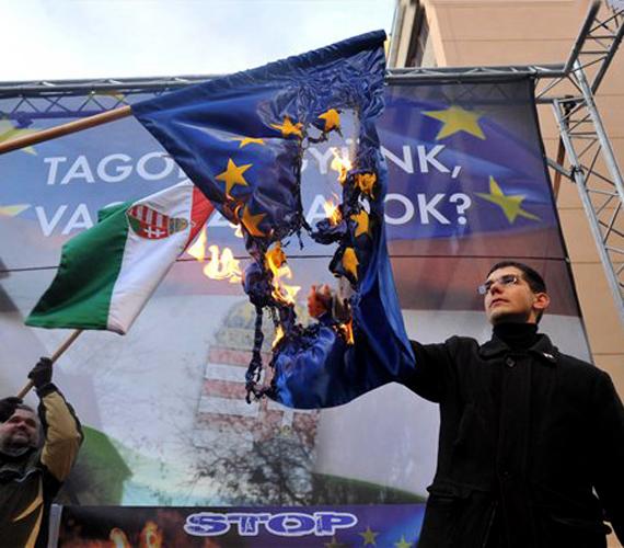 Novák Előd az EU zászlóját égeti. Kellemetlen fotó, főleg, hogy kiderült: a jobbikos Novák az EU-tól is kap fizetést, amit a nagy gyűlölködés közepette elfelejtett visszautasítani.