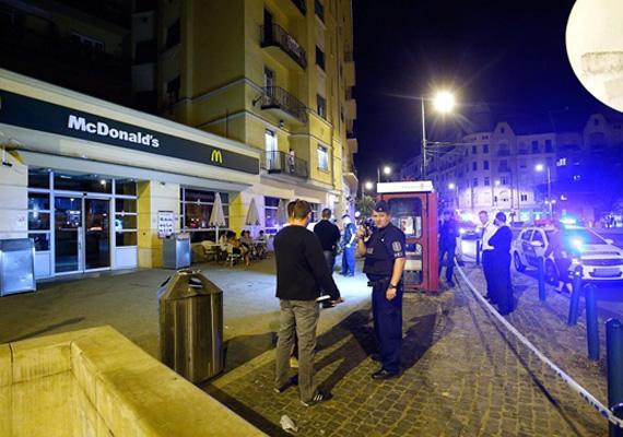 Személyi sérülés nem történt, amikor S. Ábel csütörtök este egy, a Móricz Zsigmond körtéren található gyorsétteremben három lövést adott le. A most 26 éves férfi 2006 és 2010 között az ELTE-n több diáktársa megölésével fenyegetőzött. Péntek reggel a rendőrség elfogta a férfit.