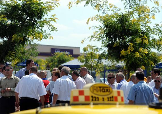 Akadozott a taxis személyszállítás a Liszt Ferenc repülőtéren pénteken, a taxisok tiltakozása miatt. A sofőrök a szeptemberben életbe lépő új taxirendeletben foglalt drágább díjszabás ellen fogtak össze.