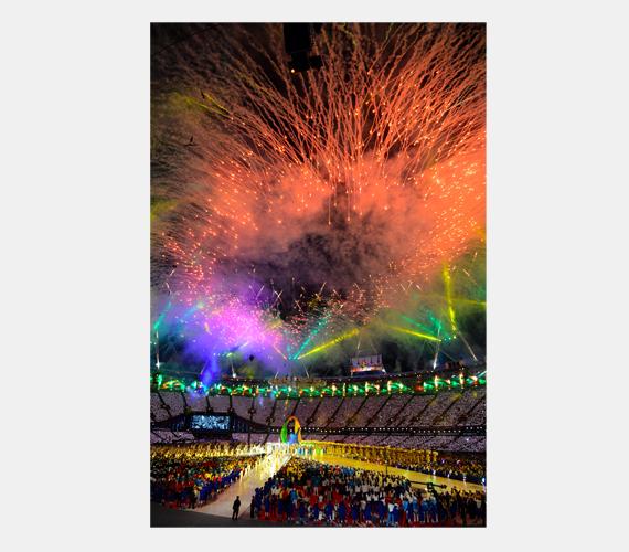 Tűzijáték fénye világítja meg az Olimpiai Stadiont a 2012-es londoni nyári olimpia záró ünnepségén 2012. augusztus 12-én.
