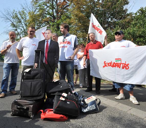 Viktor, csomagolj! címmel rendezett demonstrációt a Szolidaritás Mozgalom Orbán Viktor miniszterelnök XII. kerületi háza közelében.