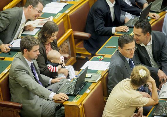 A hétfői napon a jobbikos Dúró Dóra Facebook-oldalán tisztázta a szituációt, hogy a parlamentben miért volt kénytelen a májusban született gyerekével a padok között helyet foglalni.