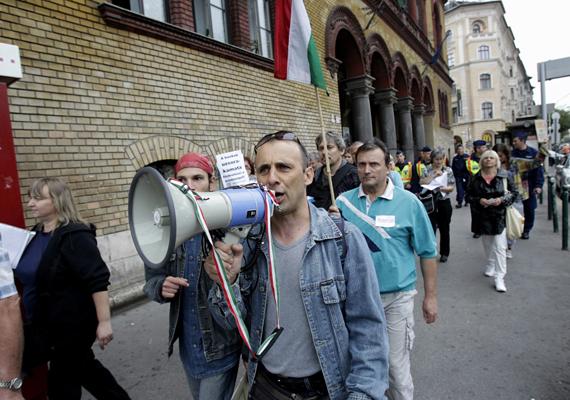 A devizahitelesek kedden reggel tüntetésbe kezdtek a Nagykörúton. Nagyjából 20 ember vett részt a demonstráción, és Uzsorások vagy Használjatok készpénzt! feliratú cetlikkel lepték el az útjukba eső bankok bejáratait.