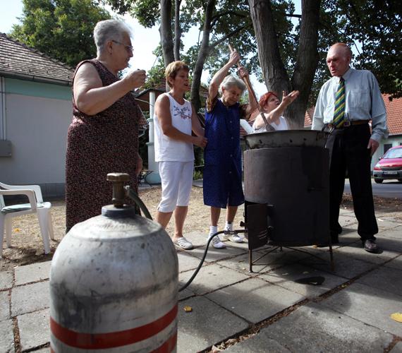 A kaposvári Liget idősotthon munkatársai és lakói palackos gázzal melegített üstben főzik az ebédet. 29 somogyi településen nem volt gáz.