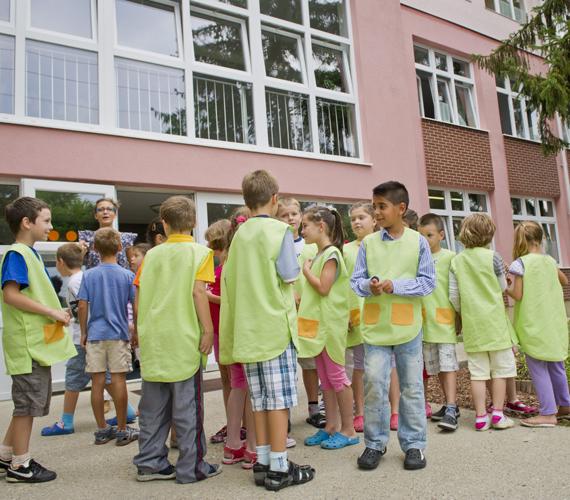 Hódmezővásárhelyen iskolaköpenyben járnak.