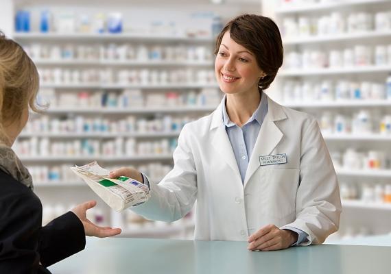 Közel hétszáz gyógyszer ára csökken átlagosan 13,5 százalékkal október 1-jével a legújabb gyártói vaklicit eredményeként - közölte az Országos Egészségbiztosítási Pénztár csütörtökön.