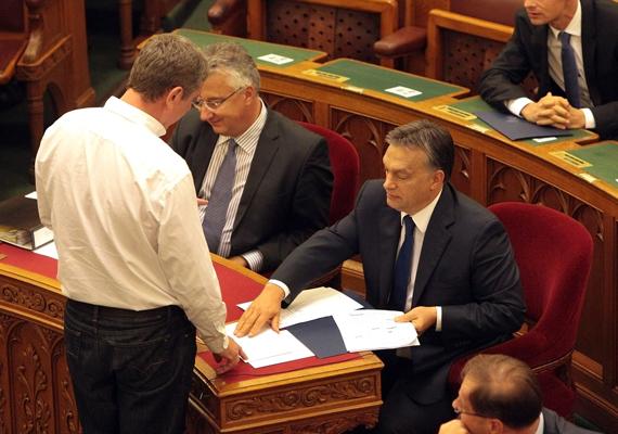 A Demokratikus Koalíció elnöke a héten nyilvánosságra hozott két, Felcsúton készített kisfilmet, amit a Parlamentben nyújtott át Orbán Viktor miniszterelnöknek.