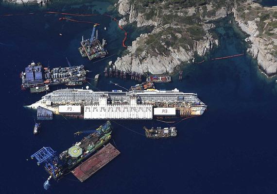 A 2012 januárjában a toszkán tengerparton zátonyra futott Costa Concordia vízből való kiemelését idén szeptember 16-án kezdték meg. Szeptember 16-án délelőtt megkezdték a hajóroncs felállítását, aminek víz alatti állapotát búvárkamerákkal folyamatosan ellenőrizték.
