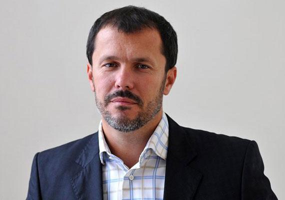 Giró-Szász András kormányszóvivő interjút adott a Népszabadságnak, melyben elárulta, miért van az, hogy sehogy sem akar összejönni a megállapodás az IMF-fel, ahogy azt is, miért nem érzik problémának azt, hogy a miniszterelnök szabadon engedte az azeri baltás gyilkost.