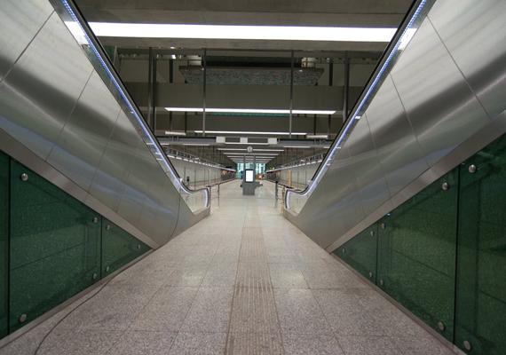 Csütörtökön adták át a 4-es metró Bikás park megállóját, amely elsőként készült el. A tervek szerint a teljes vonalat 2014 márciusában adják át.