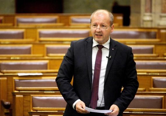A parlamentben szerdán Simicskó István a kormány drogellenes stratégiájáról beszélt, aminek célja, hogy 2020-ra teljesen megszűnjön Magyarországon a drogfogyasztás.