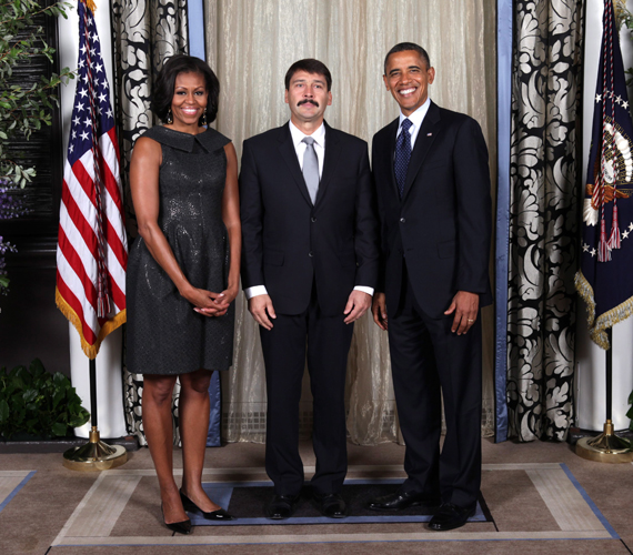 Áder János mosolyog az Obama házaspárral New Yorkban az ENSZ konferencián.